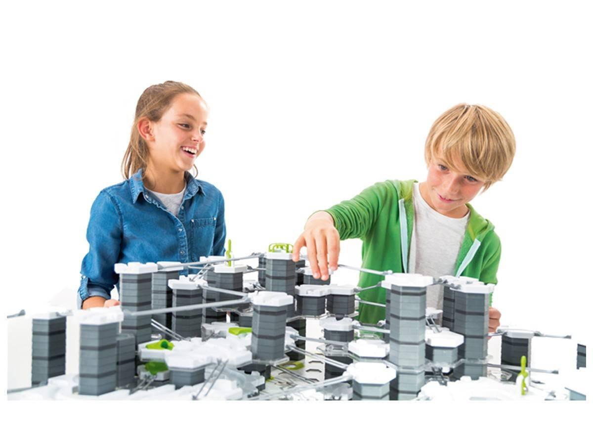 Dzieci bawią się gravitrax torem kulkowym