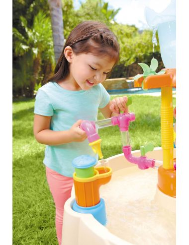 Dziecko bawiące się stołem wodnym little tikes