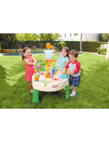 Dzieci bawiące się stołem wodnym little tikes