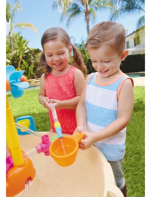 Chłopiec i dziewczynka bawiący się stołem wodnym little tikes