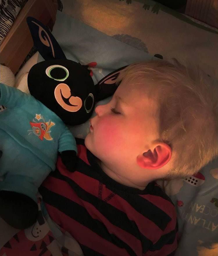 Bing pluszowy dziecko śpi