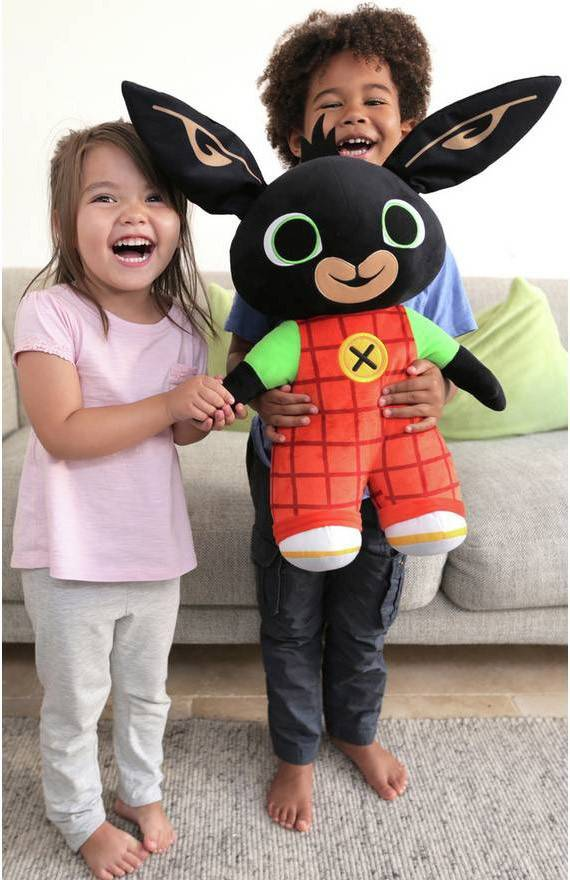 Dzieci trzymają królika BING 50 cm